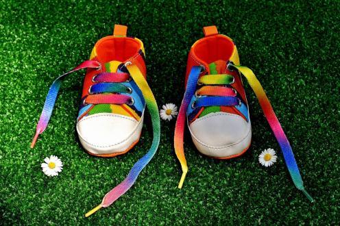 Regenbogenfamilie Rainbow Family: Regenbogenschuhe zum Geburtstag © Coupleofmen.com