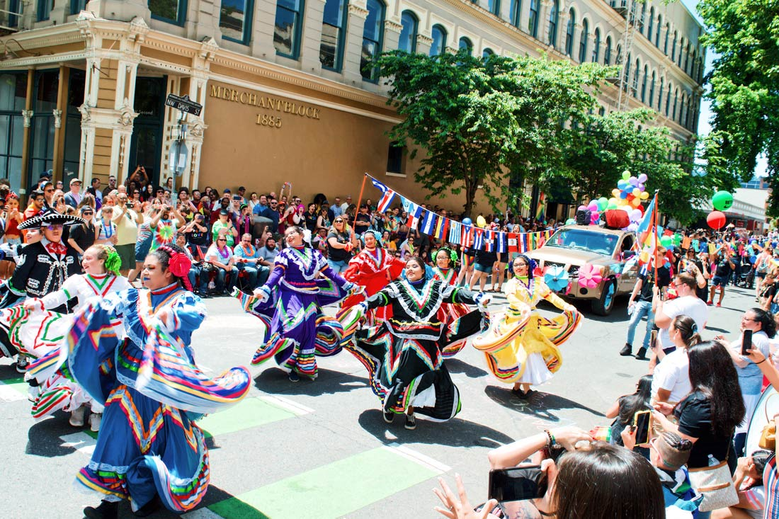 Dance shows on the streets with colorful traditional clothing © Coupleofmen.com