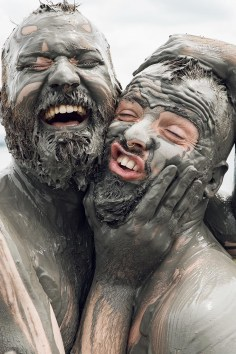 Gay Reise Cartagena Fun Selfie after a great time in the warm mud of the volcano Totumo © Coupleofmen.com