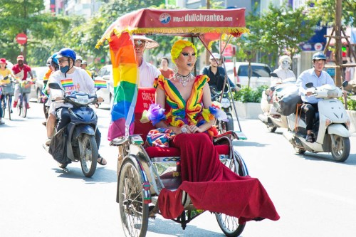 Schwul in Vietnam Gay in Vietnam rainbow mobile with Vietnamese Drag Queen © ICS Ho Chi Minh City