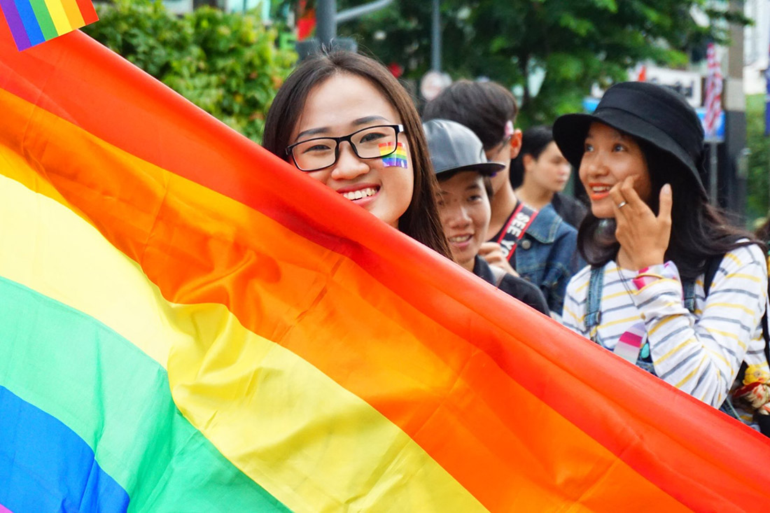 Schwul in Vietnam Gay in Vietnam rainbow flag smiling girl pride © ICS Ho Chi Minh City