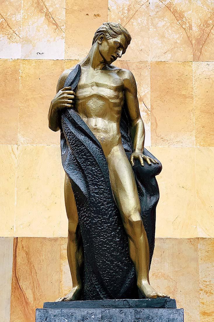 Golden statue we found in the gay neighborhood Chapinero in Bogotá © Coupleofmen.com