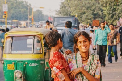 Streetlife in New Delhi with a woman and his child © Coupleofmen.com
