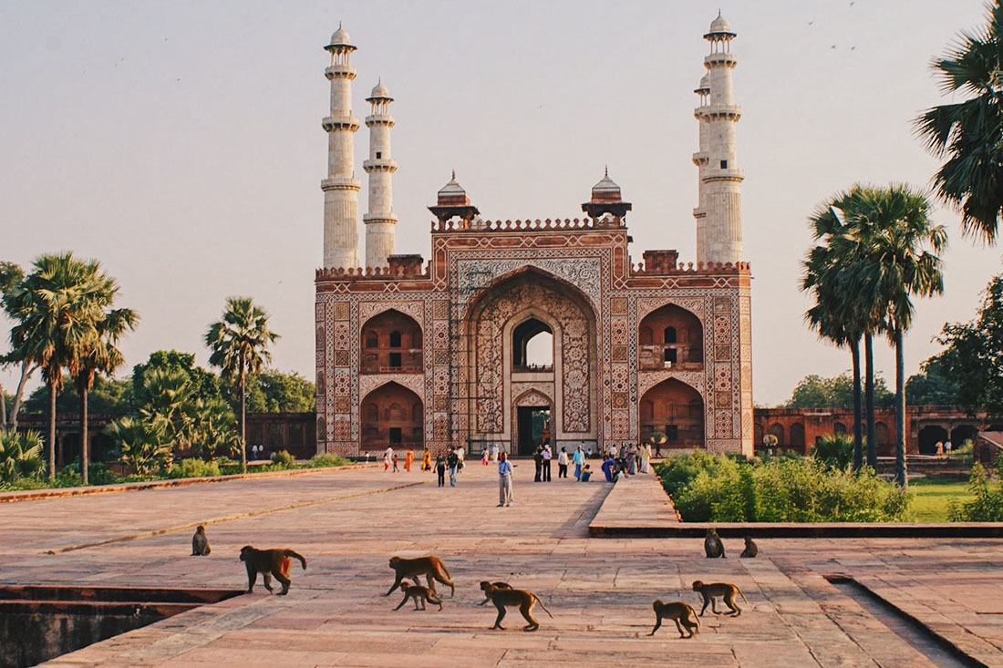 Gay Reise Indien Temples surrounded by wide parks with birds and monkeys in Agra © Coupleofmen.com