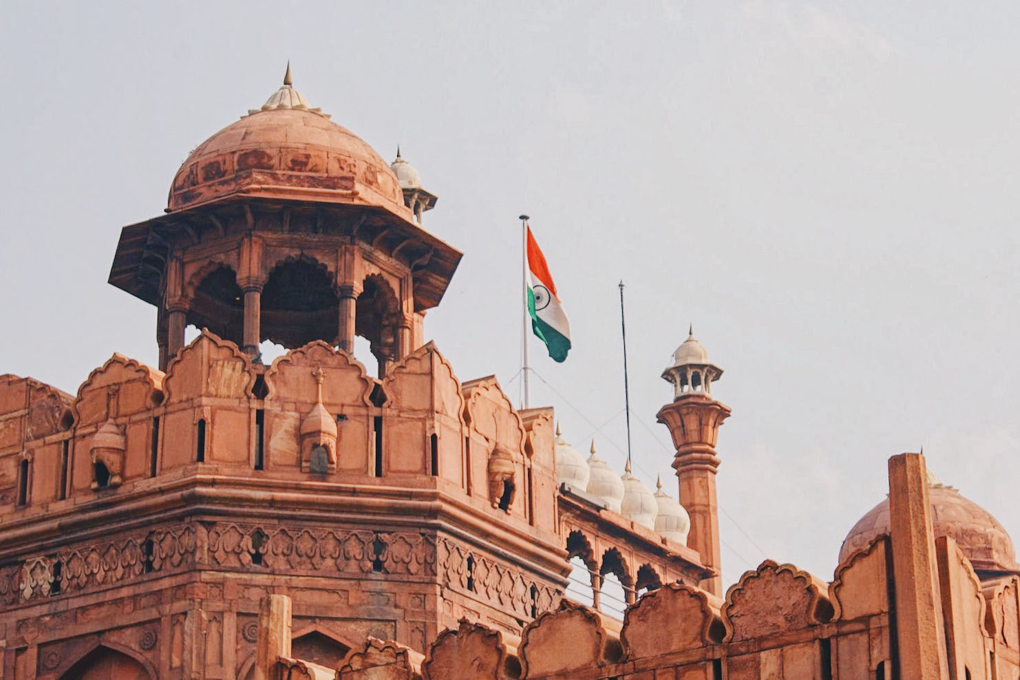 Gay Reise Indien Red Fort in New Delhi with Indian Flag on top © Coupleofmen.com