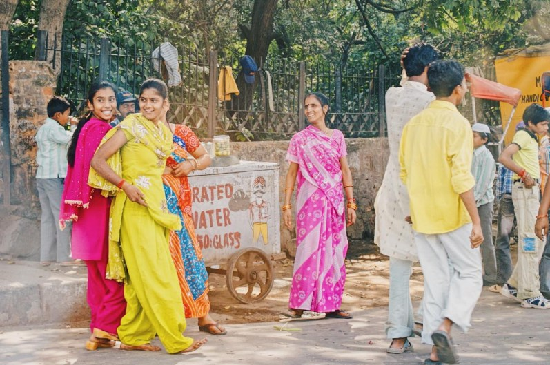 Streetlife in New Delhi with laughing women in colorful dresses © Coupleofmen.com