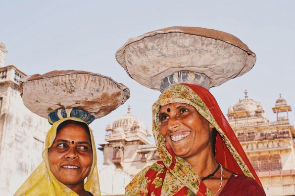 Meeting these lovely ladies in Orchha © Coupleofmen.com