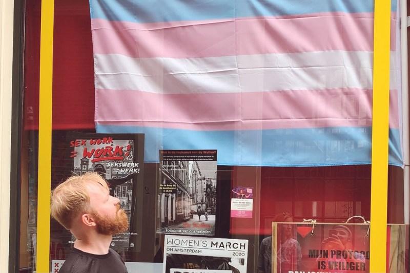 Daan in front of a trans-flag © Coupleofmen.com