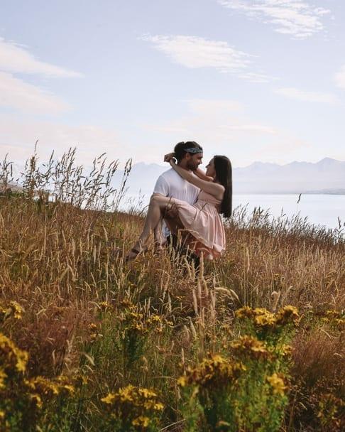 lake-pukaki, coupletraveltheworld, travel-couple, romantic-places, lake-pukaki-mt-cook, lake-pukaki-instagram, instagram-spots-south-island-new-zealand, mt-cook-instagram,