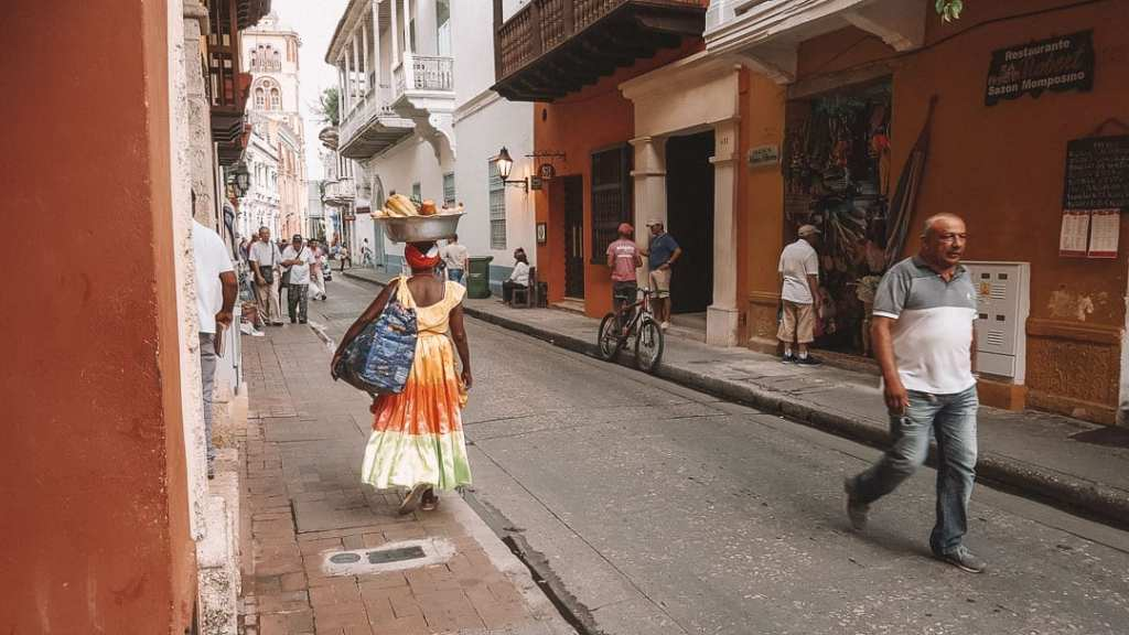 2-weeks-in-colombia-visit-cartagena-colourful-streets