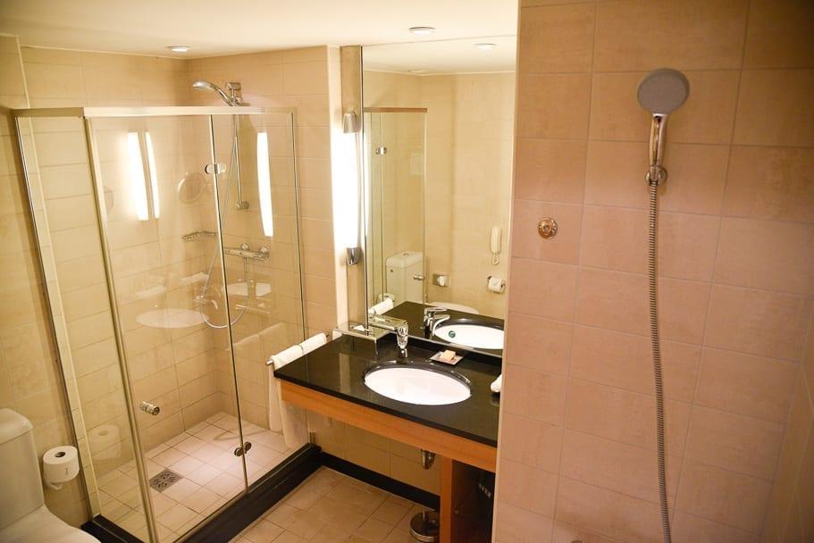 hilton-rooms-budapest-bathroom