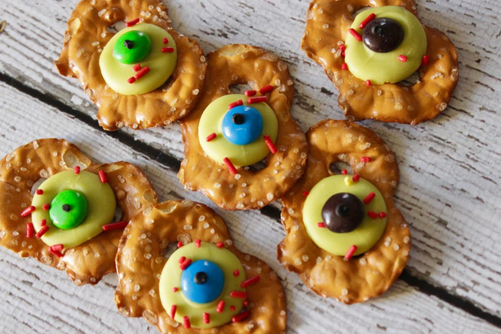 Easy Halloween Treats: Zombie Eye Pretzels -