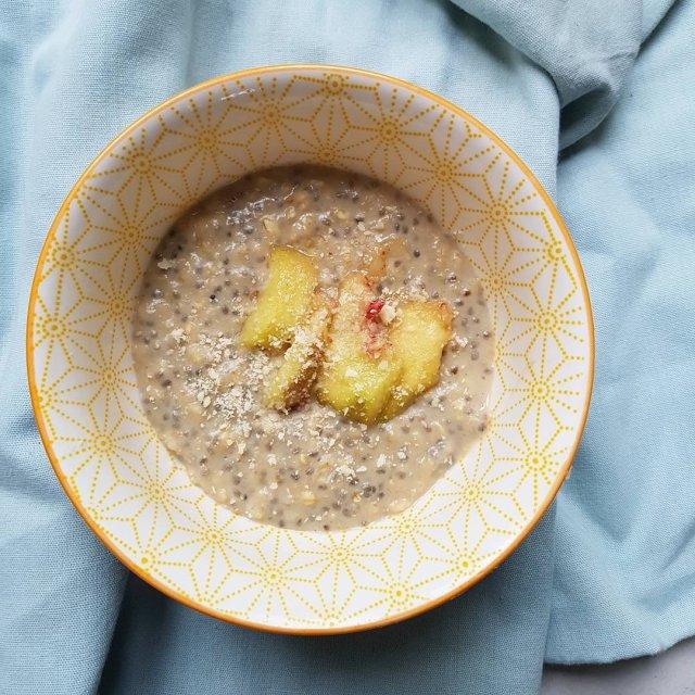 Porridge de graines de chia et flocons d'avoine à la pêche