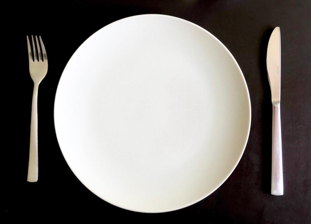 Assiette vide avec services pour illustrer le fait de jeûner durant l'adolescence.