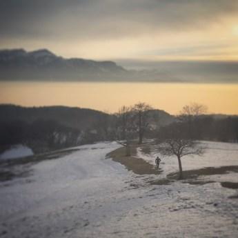 Une personne entrain de courir dans la neige du Lavaux en Suisse,