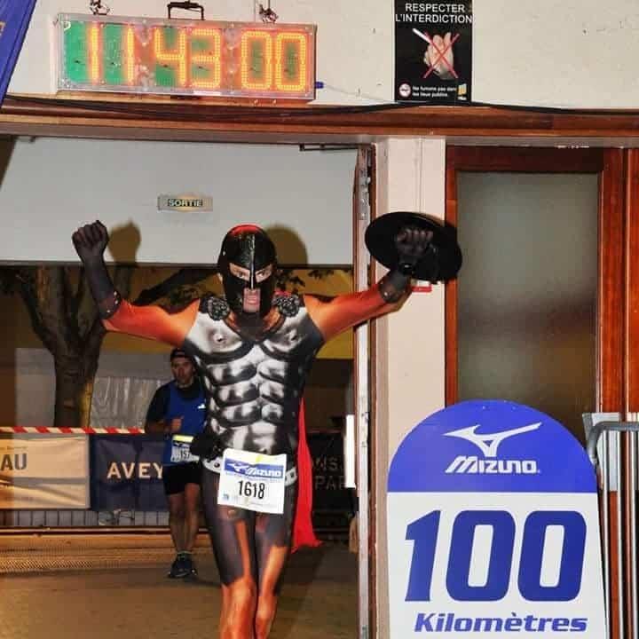 Crocsman : Il parcourt 19000km en CROCS !