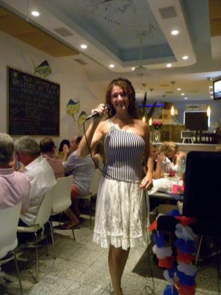 Hélène Johnson chantait le répertoire français au Sea Restaurant de Lauderdale-by-the-Sea.