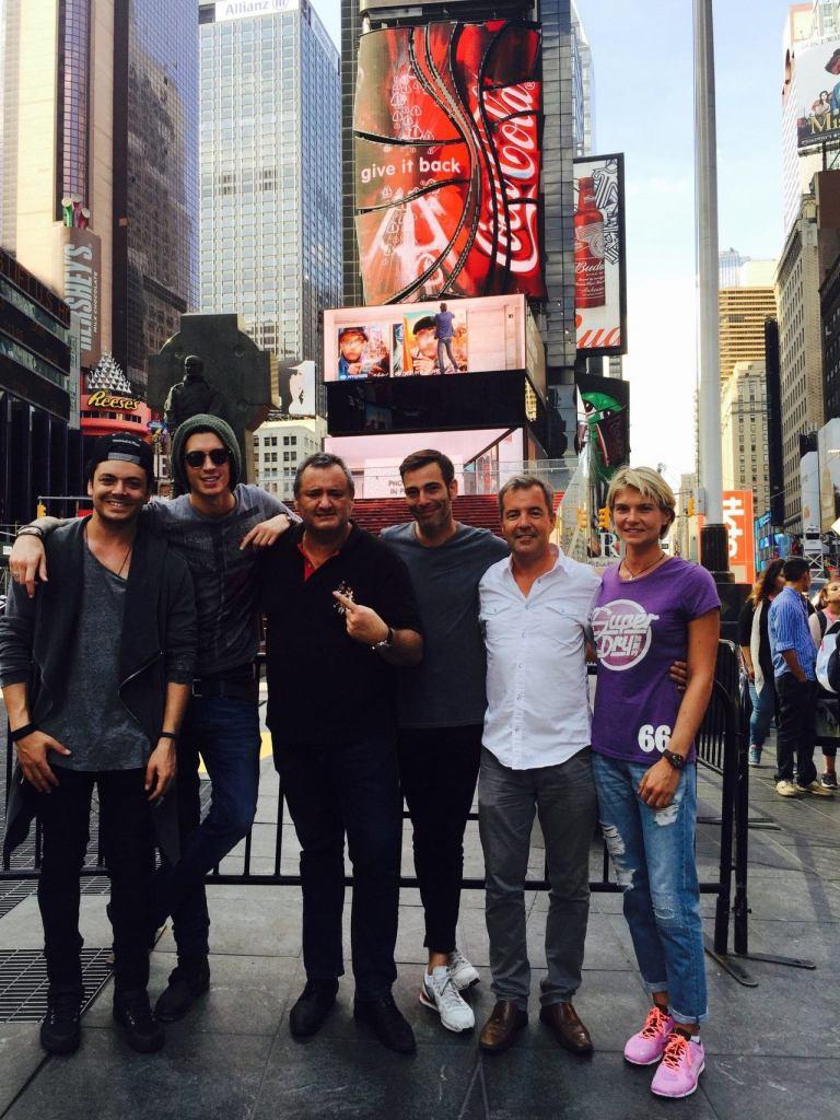 Entourage Entertainment (à Times Square) : Franck Bondrille au centre et, sur la droite, Manuel Molina et Sophie Malaquin. Avec les artistes Kev Adams et Julian Perretta.