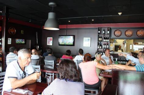 La communauté française présente pour le match de rugbyFrance-Irlande au restaurant La Tour Eiffel