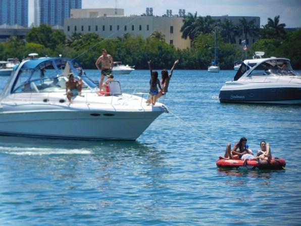 Fête sur les bateaux à Oleta River State Park / Miami Beach