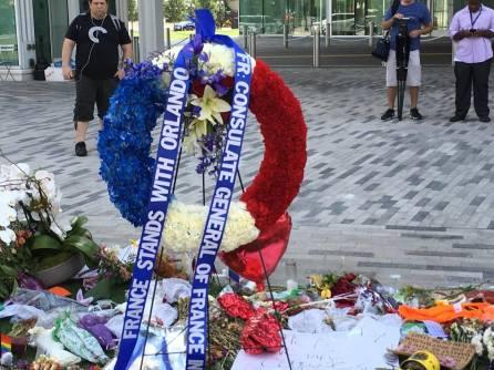 Le Consulat de France a fait déposer une gerbe en mémoire des victimes d'Orlando, de la même manière que les autorités floridiennes avaient été solidaires après les attentat de Paris.
