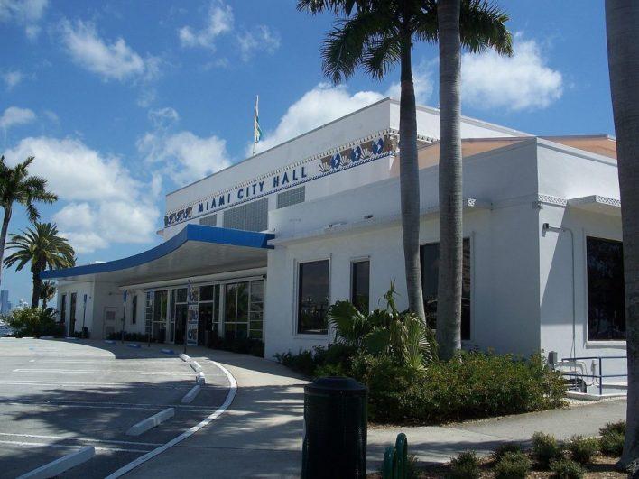 L'hôtel de ville de Miami, dans le quartier de Coconut Grove, où se trouvent le bureau du maire et la salle du conseil municipal.