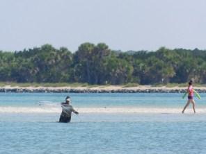 Enfant péchant au filet sur la plage de Fort Matanzas / St Augustine / Floride