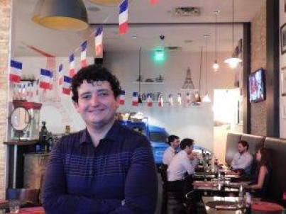 Arnaud Ferlin à l'intérieur de son restaurant
