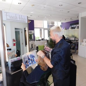 Sacha en action, coiffeur au French Hair Studio de Miami-Brickell.