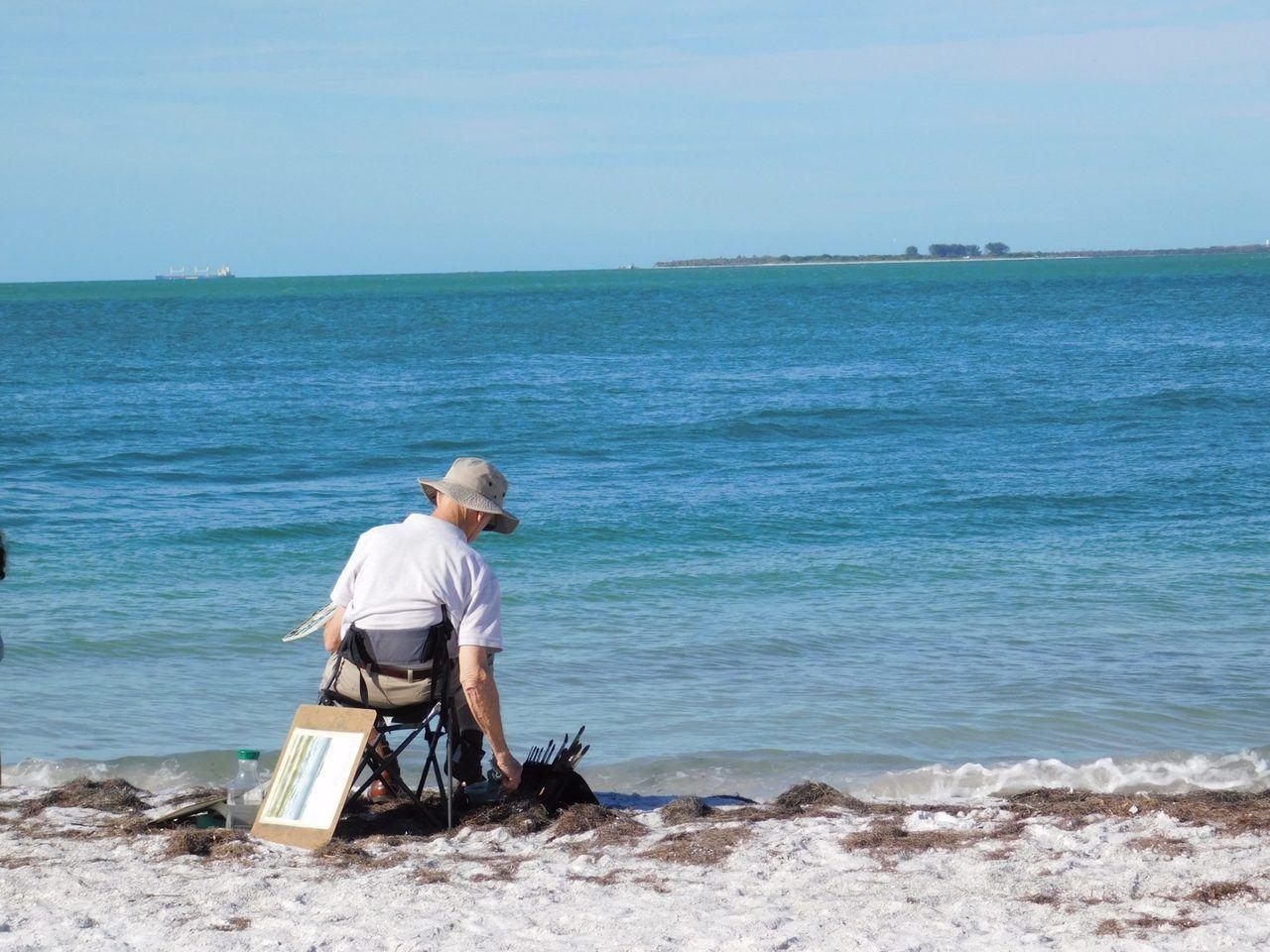 Artiste sur la plage d'Anna-Maria Island en Floride.