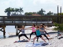 Yoga sur la plage d'Indian Riverside Park à Jensen Beach en Foride