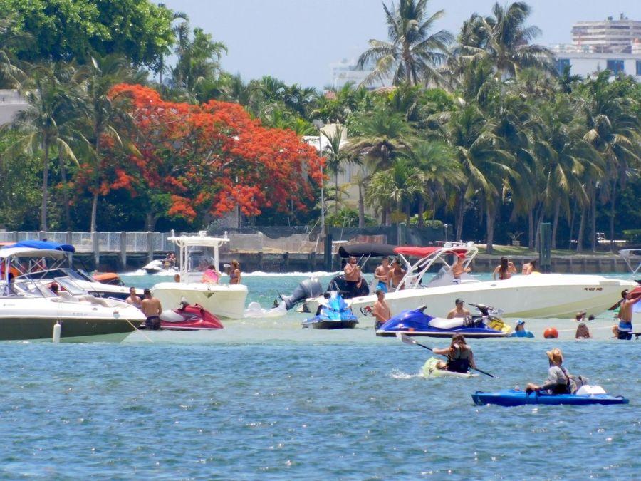 Fêtes sur les bateaux sur la barre de sable de Haulover Sandbar à Miami Beach en Floride