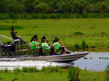 Airboat au Billie Swamp Safari, dans les Everglades de Floride (réserve Miccosukee de la forêt Big Cypress)