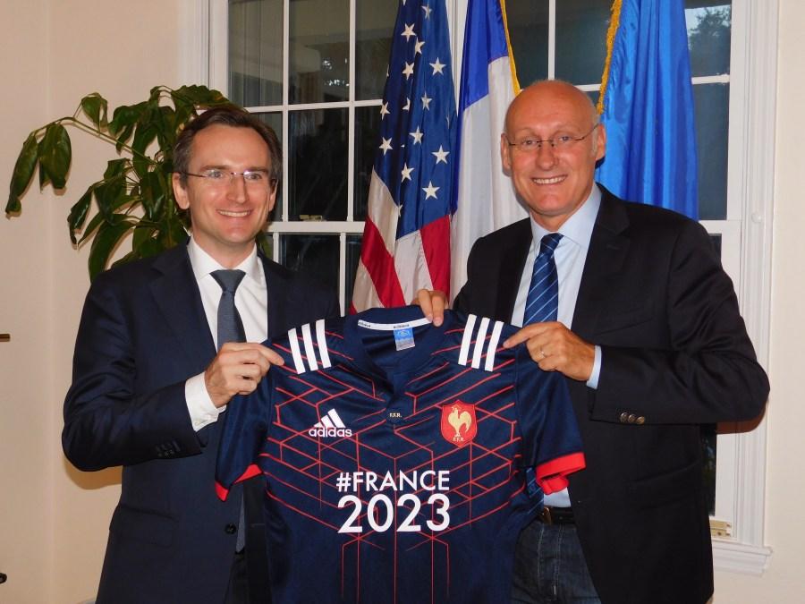 Le consul Clément Leclerc reçoit le maillot France2023 des mains de Bernard Laporte, le 18 août 2017 à Miami.