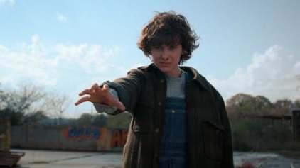 Onze (Eleven) avec des cheveux dans la saison 2 de Stranger Things