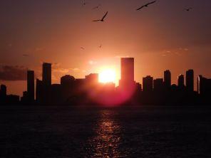 Coucher de soleil sur Miami Downtown et Brickell vus de la mer.
