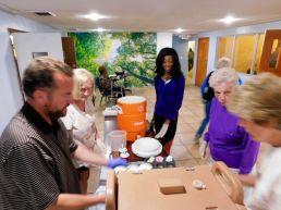 Des bénévoles avant un dîner de charité organisé par l'association Hope South Florida dans une église de Fort Lauderdale