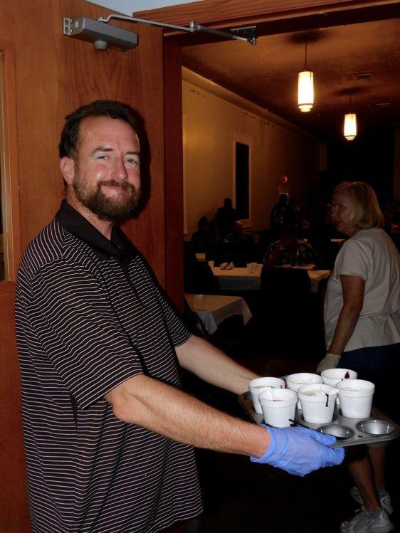David, bénévole de l'association Hope South Florida durant un dîner de charité organisé dans une église de Fort Lauderdale