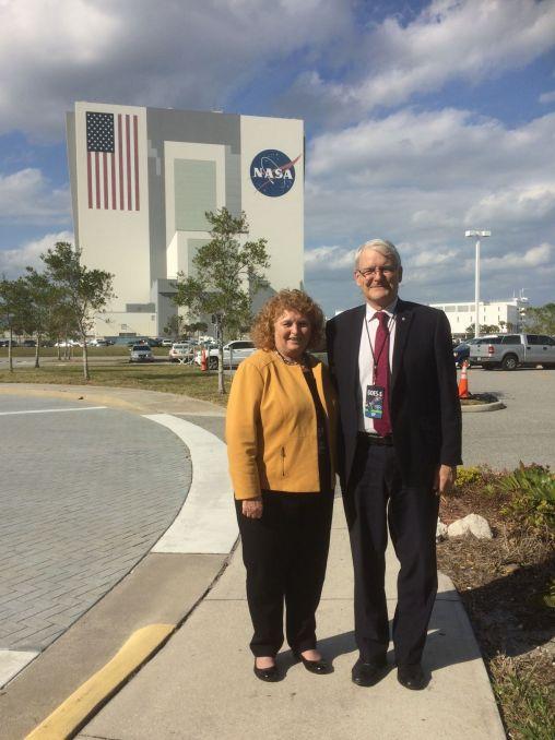 Susan Harper (consule générale à Miami) avec Marc Garneau au Kennedy Space Center de Cape Canaveral.