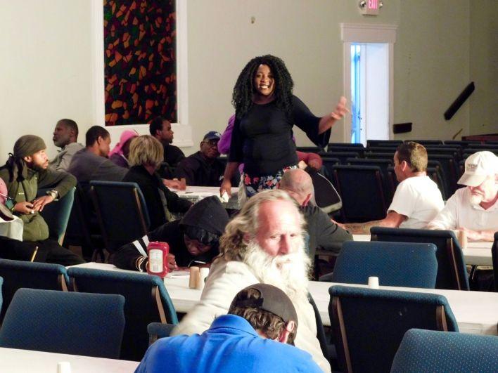 Chant gospel avec les SDF avant un dîner de charité organisé par l'association Hope South Florida dans une église de Fort Lauderdale