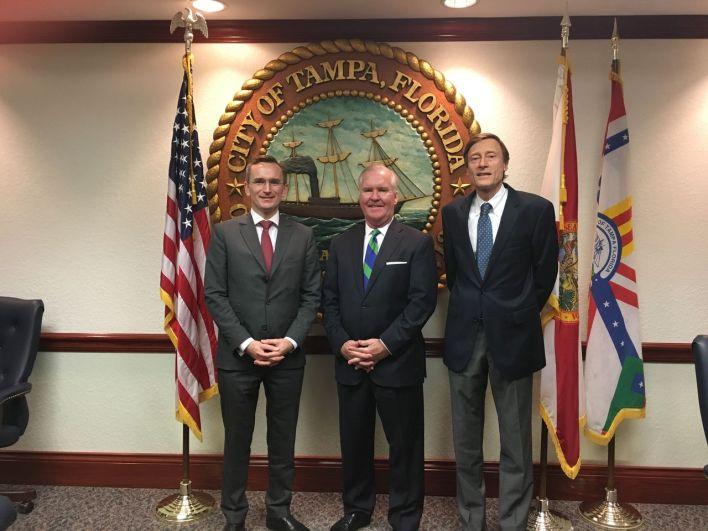 Jean-Charles Faust (à droite), avec le consul général Clément Leclerc, et le maire de Tampa, Bob Buckhorn.