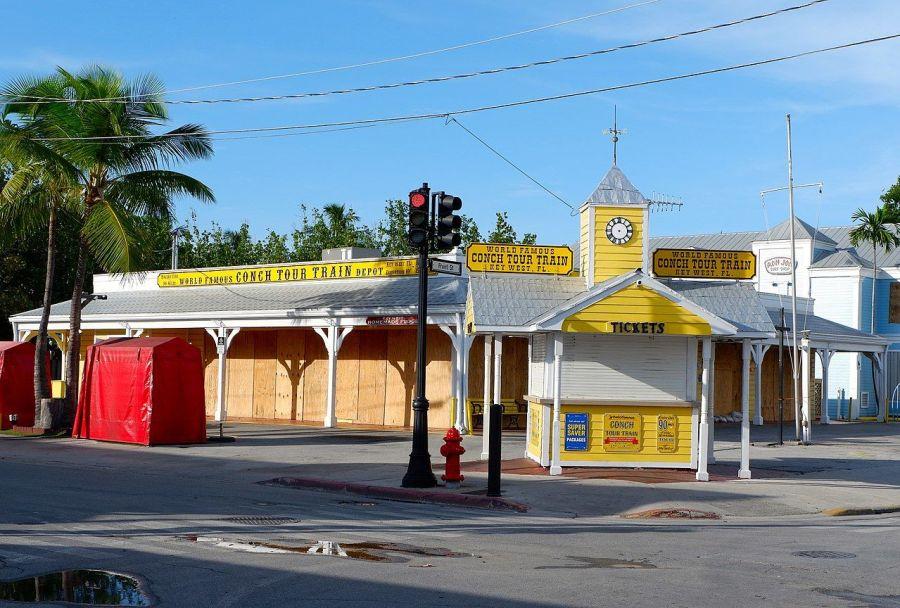 Pose de panneaux contreplaqués anti-ouragans en Floride