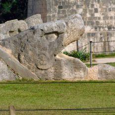 Le serpent à plumes, Kukulkan, au pied de la pyramide de Chichen Itza