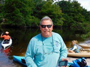 Arnie, de Dickinson State Park, au lancement des kayaks à Riverbend Park.