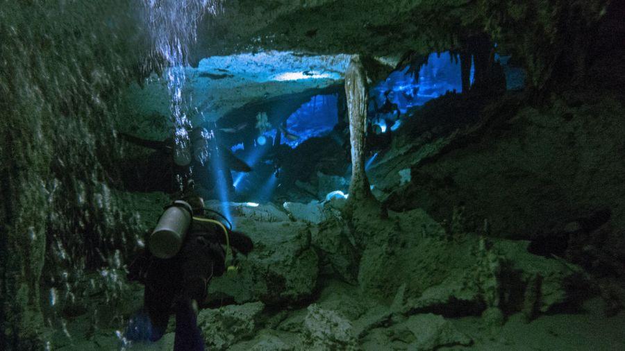 La cenote Dos Ojos, près de Tulum au Mexique