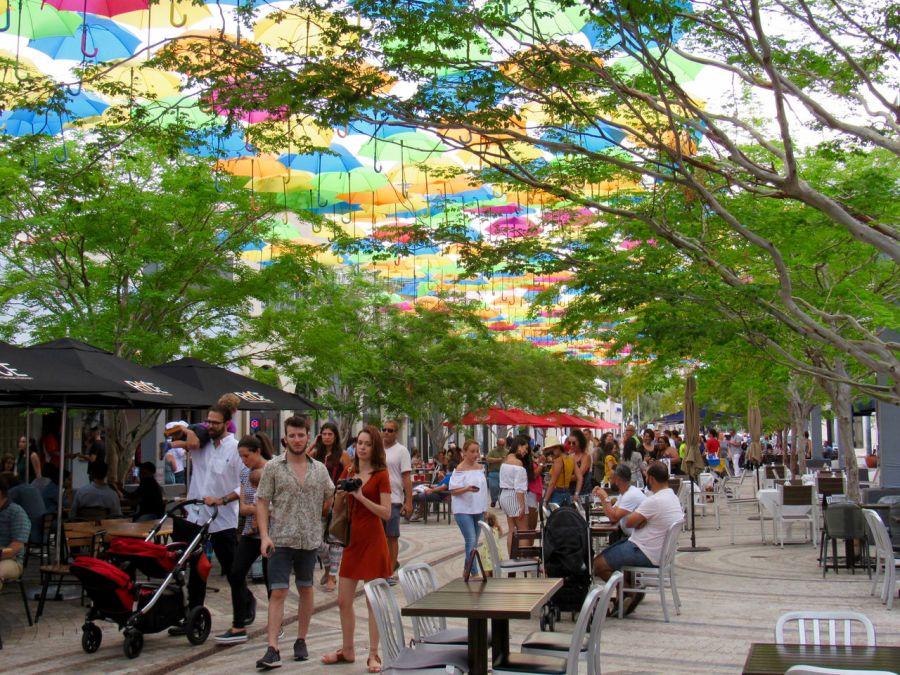 """Umbrella Sky"" à Miami : le ciel de Coral Gables se couvre d'ombrelles"
