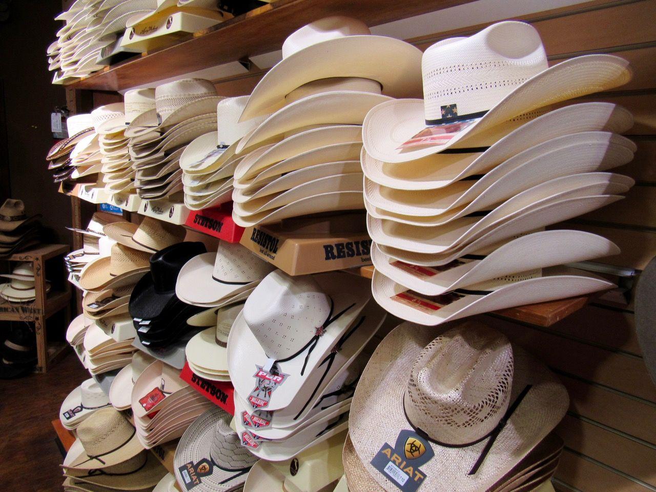 Chapeaux de cowboy dans le magasin western Grifs à Davie en Floride.