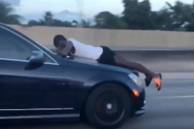 A 110km/h sur l'autoroute à Miami avec son mari sur le capot