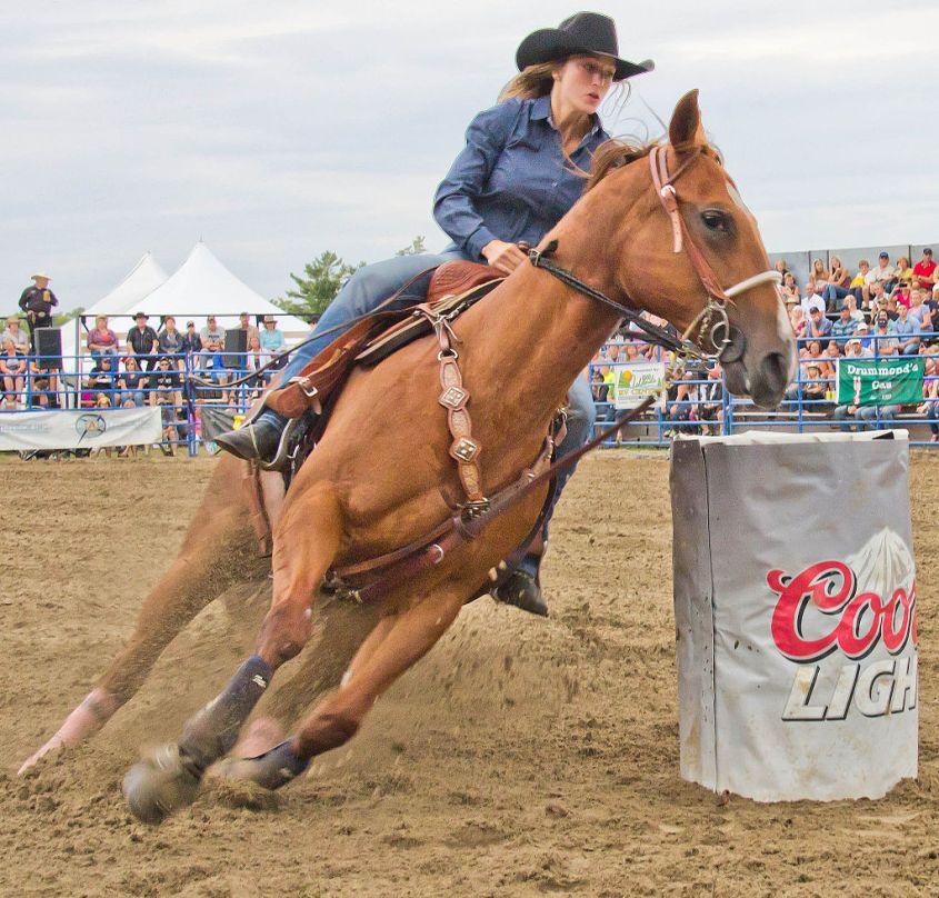 Rodéo : le Barrel Riding aux Etats-Unis : une course autour de barils.