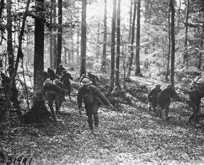 Une mitrailleuse américaine transportée dans une forêt durant la Première Guerre Mondiale